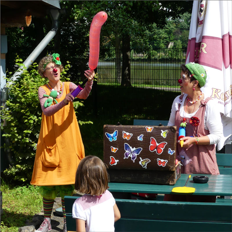 Clowns spielen mit Luftballons